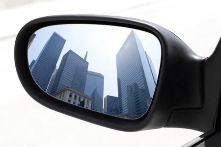 mirar espejo: edificios centro de ciudad de rascacielos de vista de espejo coche de visi�n trasera