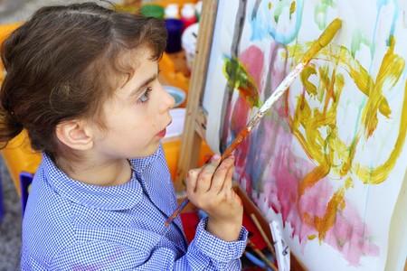 enfants peinture: artiste enfants petite fille apprentissage illustration peinture abstraite image color�e