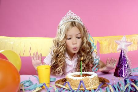 corona de princesa: ni�a rubia en una fiesta de cumplea�os
