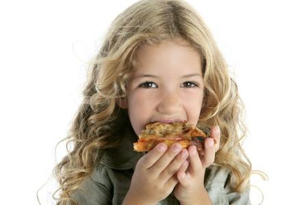 ni�os comiendo: ni�a comiendo pizza  Foto de archivo