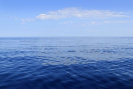 mare blu oceano di orizzonte ideale in una tranquilla giornata di sole mediterraneo