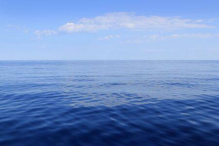 Océano de horizonte de mar azul perfecto en calma día soleado Mediterráneo