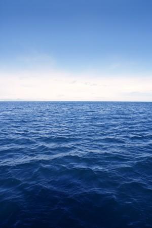 horizonte: Vista al mar azul paisaje marino limpio simple en vertical