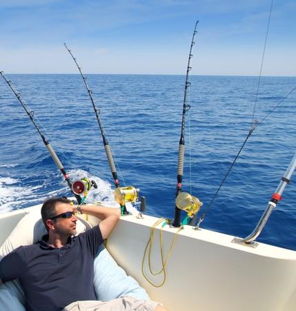 bateau de peche: Homme de marin de p�che au repos en bateau �t� vacances bleu mer