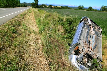 forgetfulness: Car crash accident upside down vehicle off the road green landscape