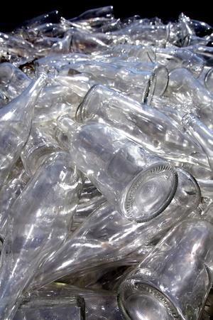 reduce reutiliza recicla: botellas de vidrio de reciclaje ecol�gico en contenedor desordenado Foto de archivo
