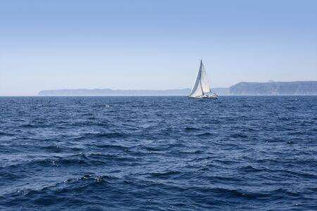 voile: Blue sea with sailboat sailing the ocean surface