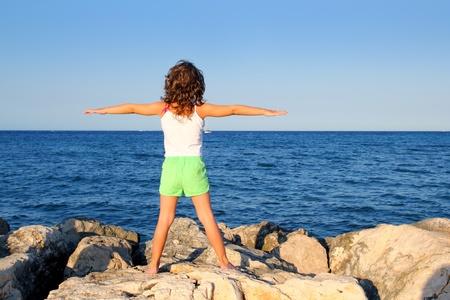 chica de brazos abiertos mirando el oc�ano azul mar sensaci�n de libertad en vacaciones Foto de archivo - 8289617