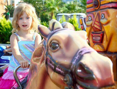 une fille blonde avec cheval forains jouir en parc en plein air Banque d'images - 8426122