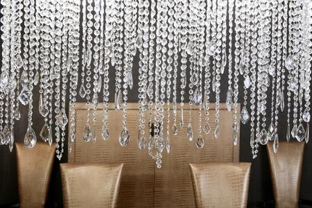 Esszimmer moderne Crystal Strass Lampe und Krokodil golden Stühle Lizenzfreie Bilder - 8426620