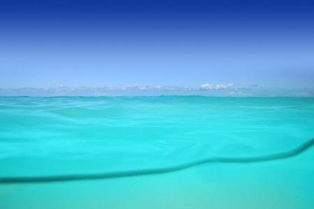 linea de flotaci�n: l�nea de flotaci�n del mar Caribe bajo el agua y azul mar
