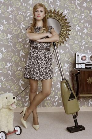 casalinga: aspirapolvere retr� donna casalinga vintage camera wallpaper Archivio Fotografico