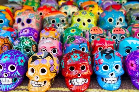 dia de muerto: Cr�neos aztecas mexicano d�a de los muertos coloridas artesan�as Foto de archivo