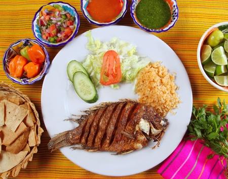 mojarra frita tilapia pescado estilo de México con salsa de chili y nachos Foto de archivo