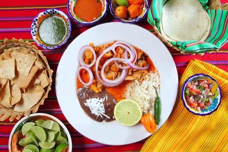mexican food: comida mexicana fajitas con salsa de chili de frijoles de arroz y nachos Foto de archivo