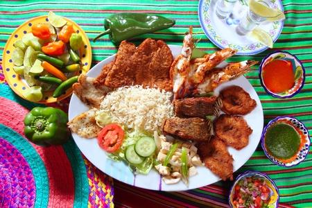 plato de comida: surtido de mariscos a la parrilla en salsas picantes de Chile de tequila de M�xico