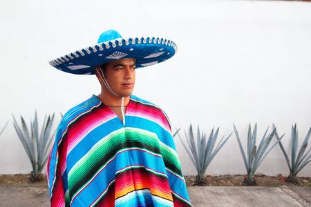 traje mexicano: cactus de agave de guapo mexicano charro sombrero serape