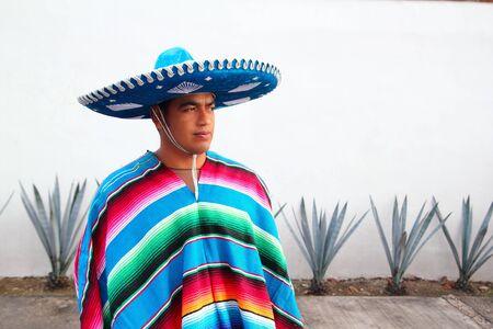 trajes mexicanos: cactus de agave de guapo mexicano charro sombrero serape