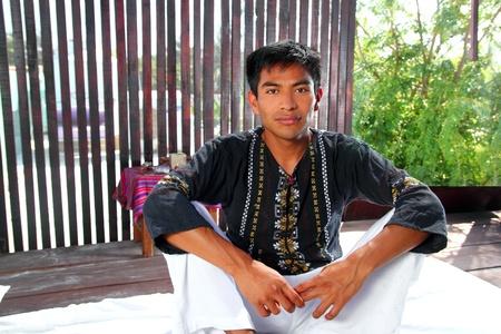 maya: Hombre nativo indio Maya en el retrato de caba�a de Am�rica Latina de selva Foto de archivo