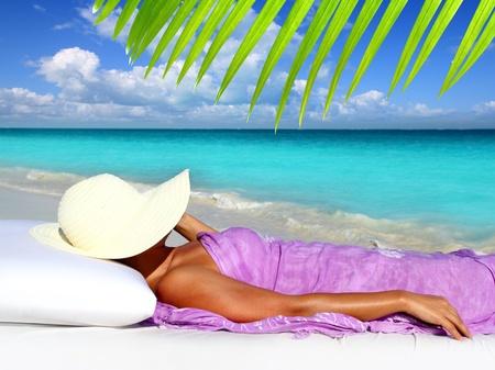 descansando: Caribe turístico reposo en cama de playa sombrero mujer hamaca Foto de archivo