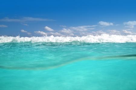 linea de flotaci�n: l�nea de flotaci�n del mar Caribe bajo el agua espuma de mar turquesa de onda Foto de archivo