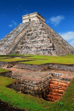 el: Chichen Itza Kukulcan Mayan Pyramid El Castillo over underground excavation