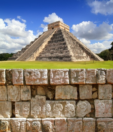 mayan: Chichen Itza Tzompantli the Wall of Skulls and Kukulkan pyramid Stock Photo