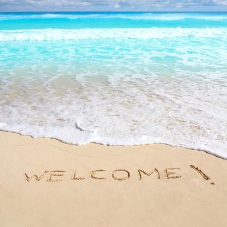 bienvenidos: saludos de bienvenida hechizo de playa escrito en arena Caribe mar tropical