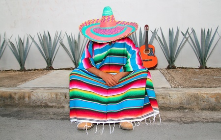 traje mexicano: Hombre perezoso mexicano sentarse tema típico serape Ágave guitarra pan siesta