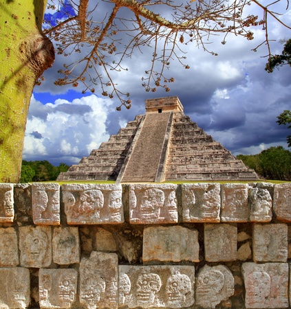 chichen itza: Chichen Itza Tzompantli the Wall of Skulls and Kukulkan pyramid El Castillo