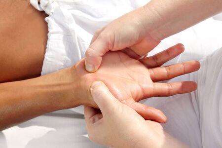 fisioterapia: masaje de reflexolog�a de presi�n digital manos tuina terapia fisioterapia