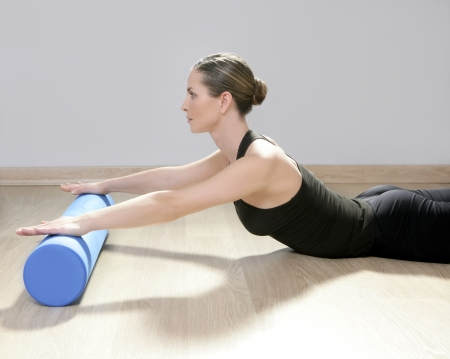 koncentrace: blue foam roller pilates woman sport gym fitness yoga wood floor
