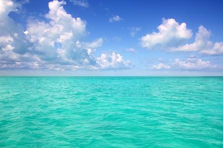 turquesa: Horizonte del mar Caribe en para�so perfecto de d�a de vacaciones de c�mulos de cielo azul