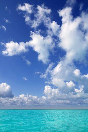 Horizonte del mar Caribe en paraíso perfecto de día de vacaciones de cúmulos de cielo azul