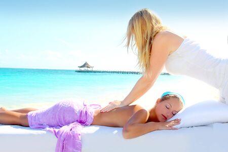 massaggio: Donna di spiaggia caraibica turchese chiropratica massaggio terapia  Archivio Fotografico