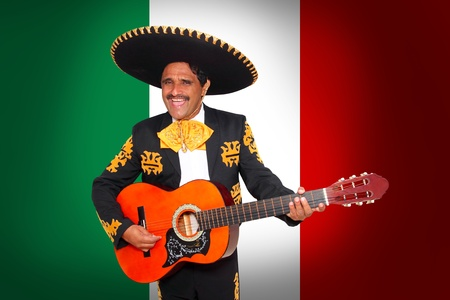 trajes mexicanos: Charro Mariachi tocando la guitarra en fondo de bandera de M�xico Foto de archivo