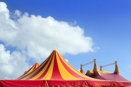 Carpa del circo cielo rojo naranja y amarillo despojado patrón azul Foto de archivo - 9416919
