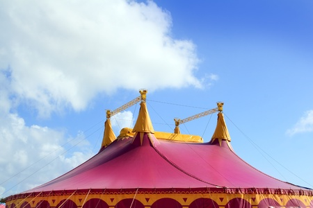 cirque: Circus tent red pink color four towers blue sky