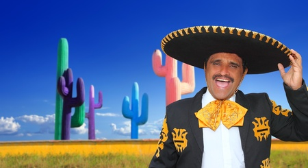 traje mexicano: Canto de charro mariachi mexicano en fondo de cactus México