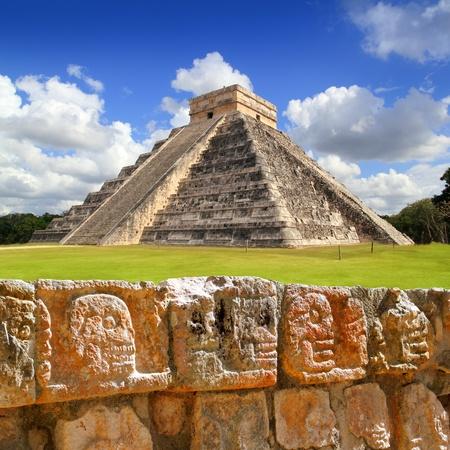 cultura maya: Chichen Itza Tzompantli la pared de cr�neos y Kukulkan Pir�mide El Castillo