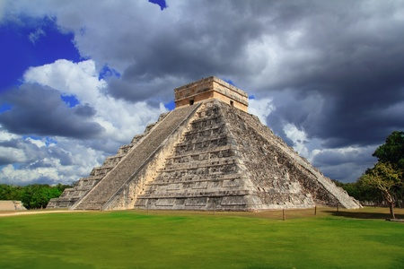 kukulkan: Pir�mide Maya de Chich�n Itz� Kukulkan cielo dram�tico Yucat�n de M�xico Foto de archivo