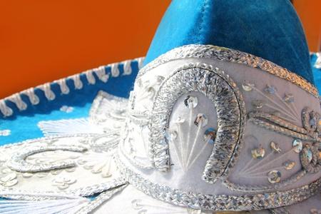 traje mexicano: detalle de mexicano sombrero de charro mariachi azul sobre fondo naranja México