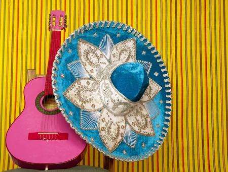 traje mexicano: guitarra de sombrero mexicano Rosa bordado de mariachi en fondo de rayas Foto de archivo