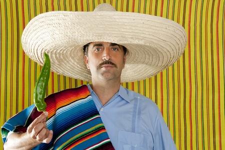 trajes mexicanos: Serape de poncho t�pico de hombre mexicano Chile pimiento picante M�xico Foto de archivo