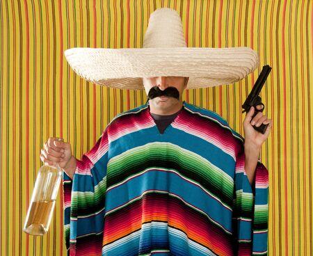 traje mexicano: Sombrero de botella de tequila borracho de bandido mexicano revólver bigote