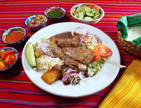 carne asada: Solomillo de buey a la parrilla surtido plato mexicano salsa de chili y tortillas Foto de archivo