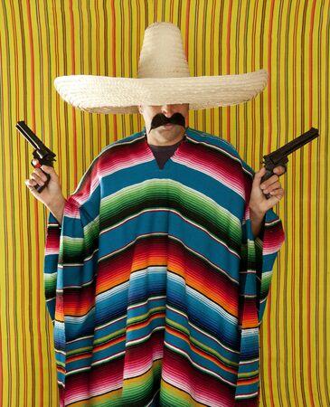 traje mexicano: Serape de poncho de sombrero de bandido mexicano revólver bigote pistolero Foto de archivo