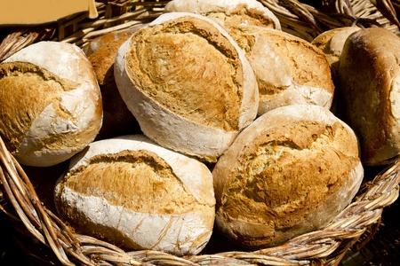 canasta de panes: pan tradicional de alimentos de cereales de la Espa�a mediterr�nea Foto de archivo