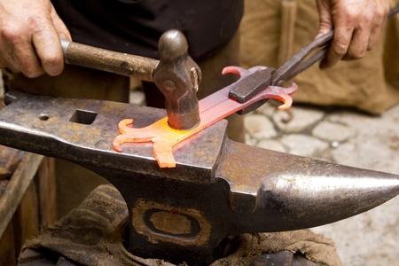hiebe: Schmied geschmiedete Eisen Smith Amboss Maschinenschmied traditionelle Hammer schlagen Lizenzfreie Bilder