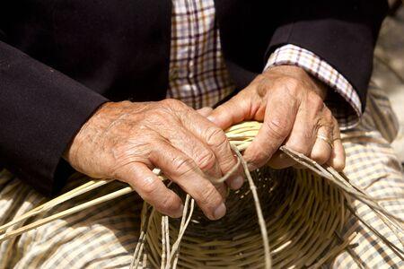 campi�a: manos de artesano de cester�a trabajando en la isla Balear de Ibiza cesta mediterr�nea